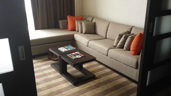 EB Hotel Miami Airport: Couch