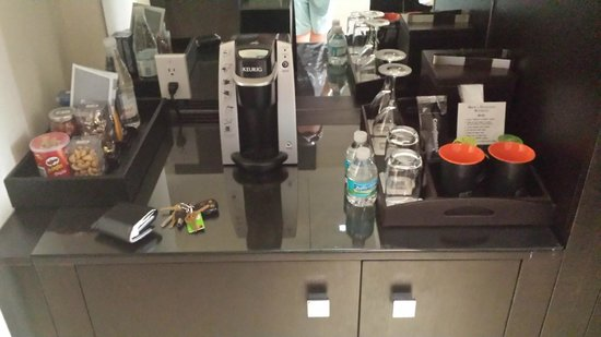 EB Hotel Miami Airport: Complimentary Water and Coffee