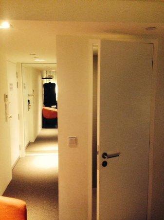 Studio M Hotel: Mirror