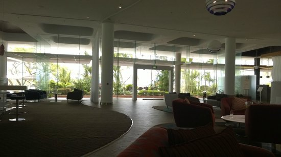 Hilton Cairns : Lobby and Bar Area