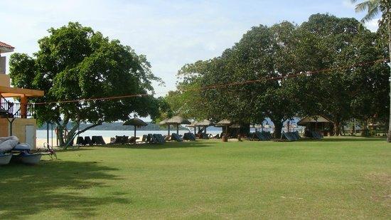 Holiday Villa Beach Resort & Spa Langkawi : К морю