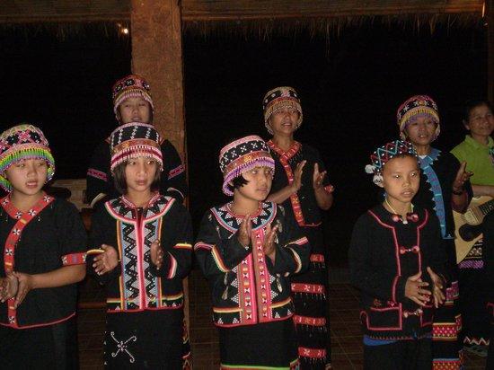 Huai Khum Resort: UNE CHORALE D'ENFANTS ETONNANTE