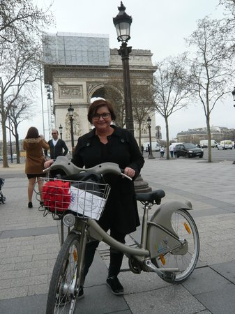 Champs-Élysées : cycle up to the L'arc from either side!