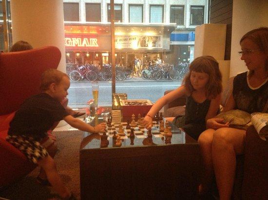 The Square Copenhagen: Petits moments avec les enfants dans le Lobby