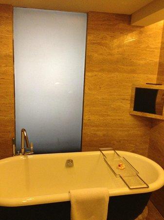 Hilton Beijing Wangfujing: bath & shower room