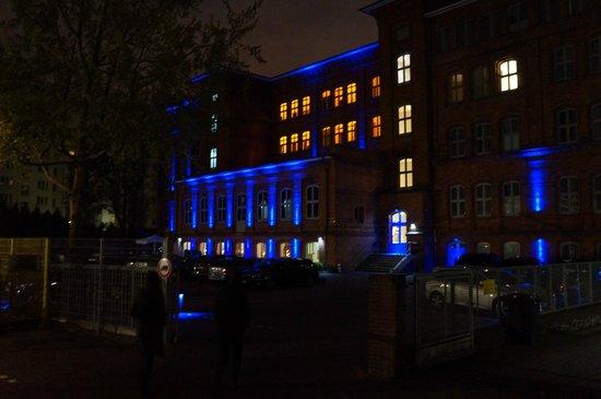 Hotel Volksschule: Nachtansicht