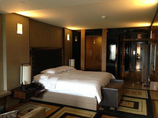 Hilton Beijing Wangfujing: king size bed room