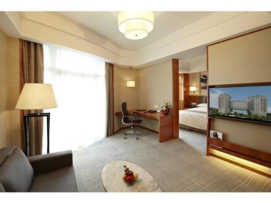 Ramada Plaza Shanghai Pudong Airport: Corner Suite Room