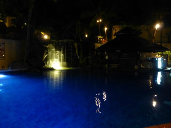Horizon Karon Beach Resort & Spa: pool at night