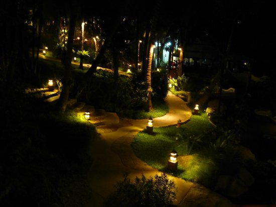 Horizon Karon Beach Resort & Spa: hotel grounds at night