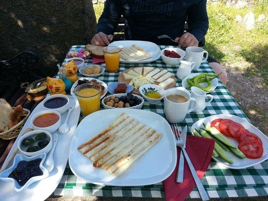 Assos Nar Konak: outdoor breakfast