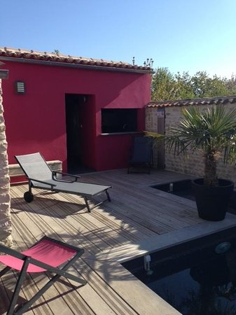Un Banc au Soleil : La piscine et la cuisine d'été