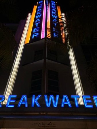 Hotel Breakwater South Beach: Fachada nocturna