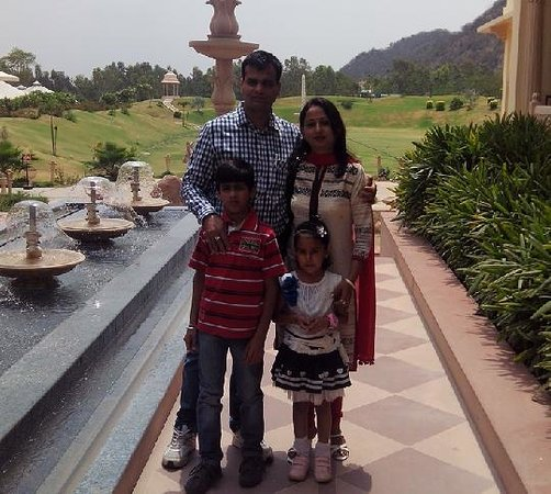 Rajasthali Resort and Spa : At the entrance with lawn in the backdrop
