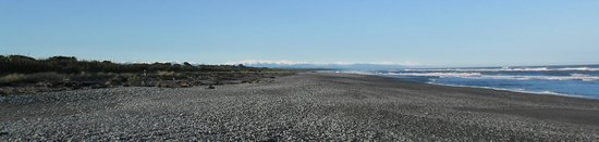Greymouth KIWI Holiday Park & Motels: Beach and mountains