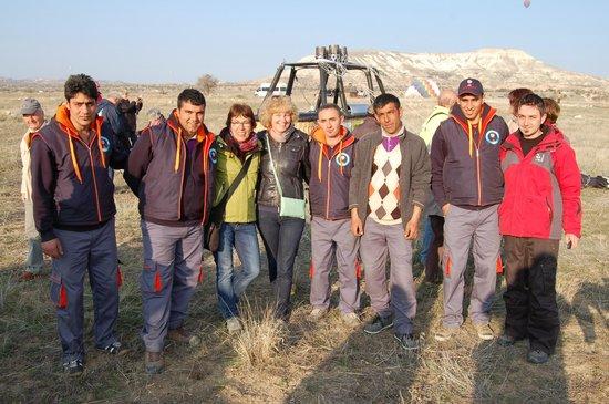 Goreme Balloons: Photo mit der Crew von Göreme Balloons - ganz rechts unser Pilot, Hayri