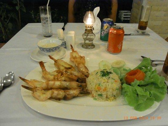 Rajapruek Samui Resort: Dinner, einer der Hauptgänge im Hotel Rajapruek