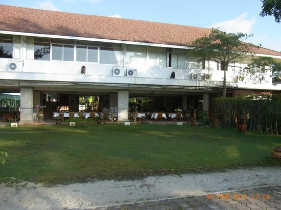 Rajapruek Samui Resort: Hotel Hauptgebäude, im Ergeschoß das Restaurant, im 1. Stock Gästezimmer