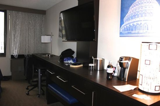 Holiday Inn Washington - Capitol: Large flat screen tv, lots of storage