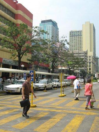 Palm Grove Hotel (formerly Palm Plaza Hotel): На улице Манилы перед отелем