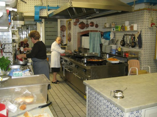 Hotel Zi'Ntonio : La Mama in de keuken aan het werk