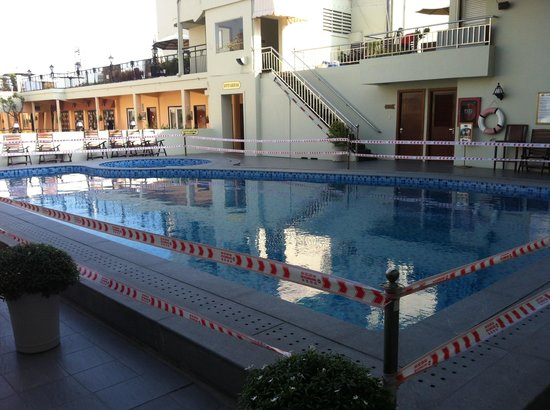 Rex Hotel: Pool closed without any actual renovation.