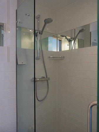 Sleeperz Hotel Newcastle: シャワーのみだが、設備がよい