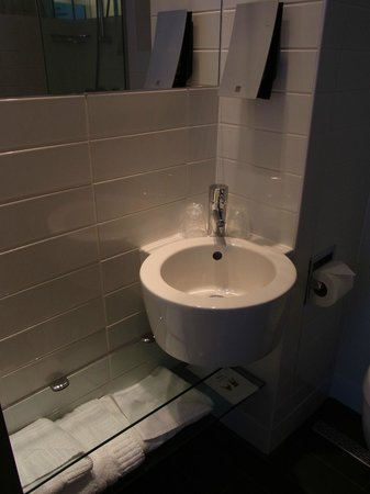 Sleeperz Hotel Newcastle : 洗面台は少し小さすぎる