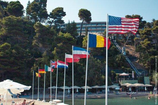 Corfu Holiday Palace: Вид на отель с пирса