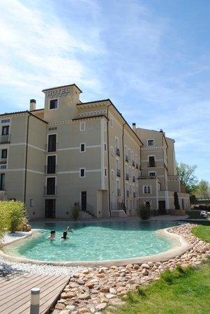 Hotel Balneario Alhama de Aragon: Piscina termal exterior y jardines