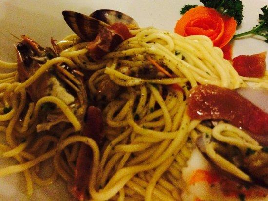 Al 20 : Spaghetti con vongole veraci, gamberi, tonno, pomodorini e pesto.