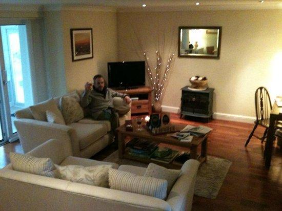 Kiltaraglen House: Happy husband in comfortable lounge