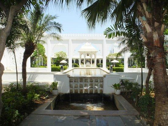 Taj Lake Palace Udaipur: waterfall in gardens
