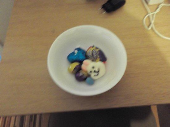 Aviva Studio Apartments: cioccolatini lasciati come dono pasquale dal personale nela camera