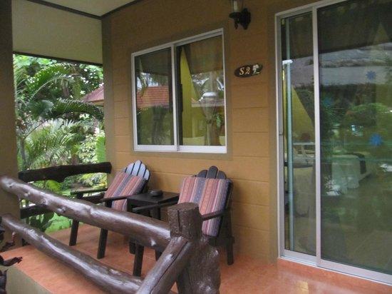 Lanta Castaway Beach Resort: Veranda
