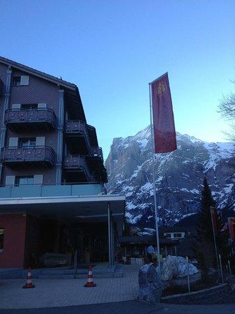 Parkhotel Schoenegg: Ingang hotel en uitzicht op rotsmassief