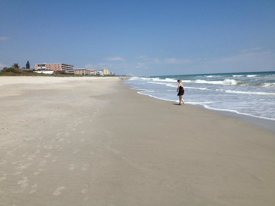 DoubleTree Suites by Hilton Melbourne Beach Oceanfront: Beautiful beach that is nearly empty