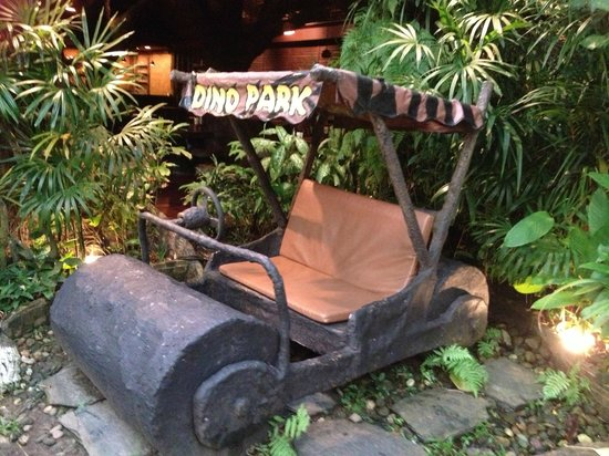 Dino Park Mini Golf : awesome props in the restaurant area