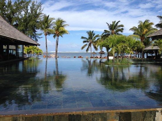 Heritage Awali Golf & Spa Resort : Vue de la réception sur la piscine et la plage