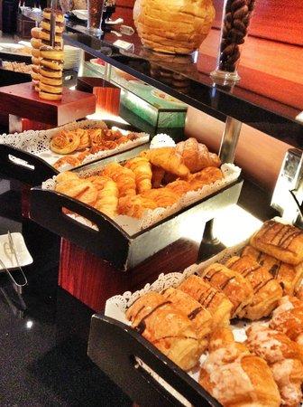 Java Paragon Hotel & Residences : Pastries breakfast buffet