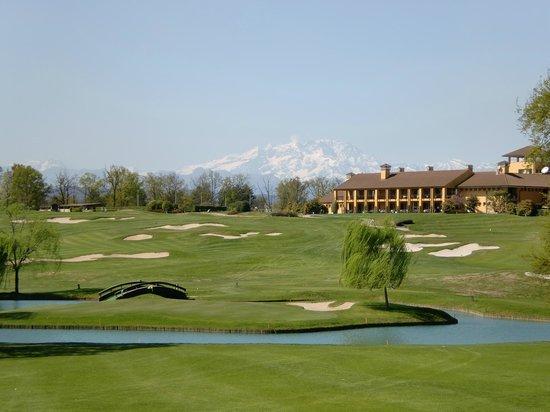 Hotel Golf Club Castelconturbia: Loch 7 des gelben Kurses, das Clubhaus und der Monte Rosa