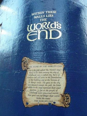 The World's End: Scritta sul muro all'esterno
