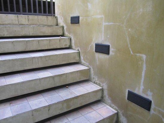 New Star Beach Resort : wheathered stairs