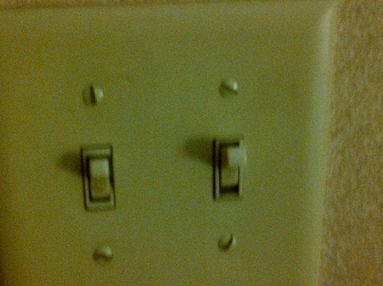 مونت كارلو إنز تورونتو ويست سويتس: Filthy light switch at room entrance