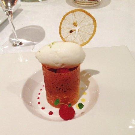 Guy Lassausaie : Tuile croustillante, crème citron et framboises