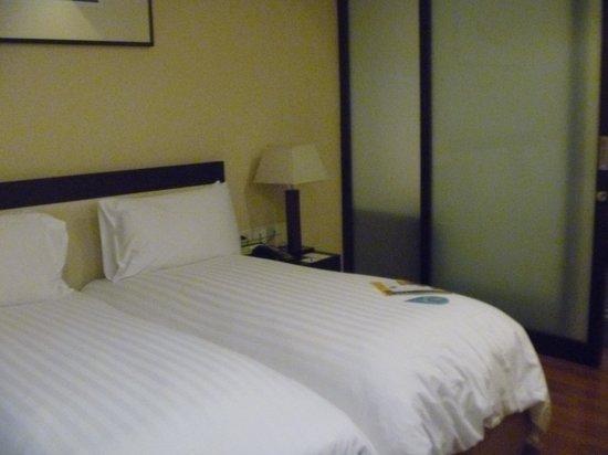 Grand Sukhumvit Hotel Bangkok: Bedroom section of one bedroom suite.
