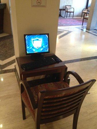 Shelter Suites: Computadoras en recepcion