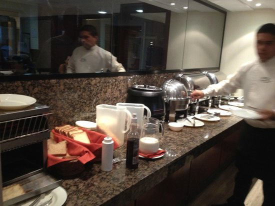 Shelter Suites: Buffet Desayuno