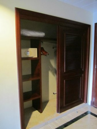 Grand Palladium Riviera Resort & Spa : Closet and safe
