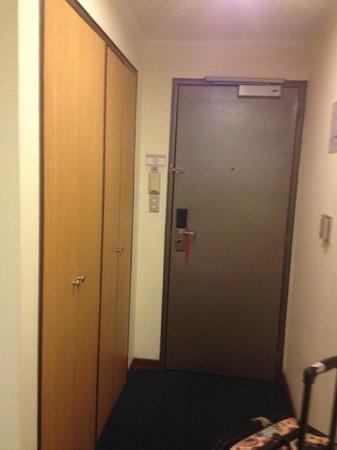 Shelter Suites: Closet y puerta de la habitacion
